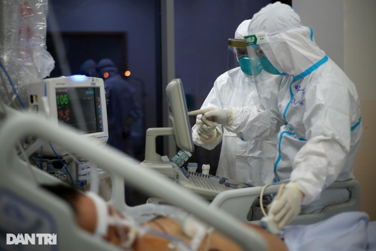 Gần 0h sáng, tiếng máy thở kêu liên hồi, một bệnh nhân chuyển biến xấu, các y bác sĩ gấp gáp tới phòng bệnh kiểm tra ngay. Không khí căng thẳng lại bao trùm căn phòng đầy máy móc y tế.