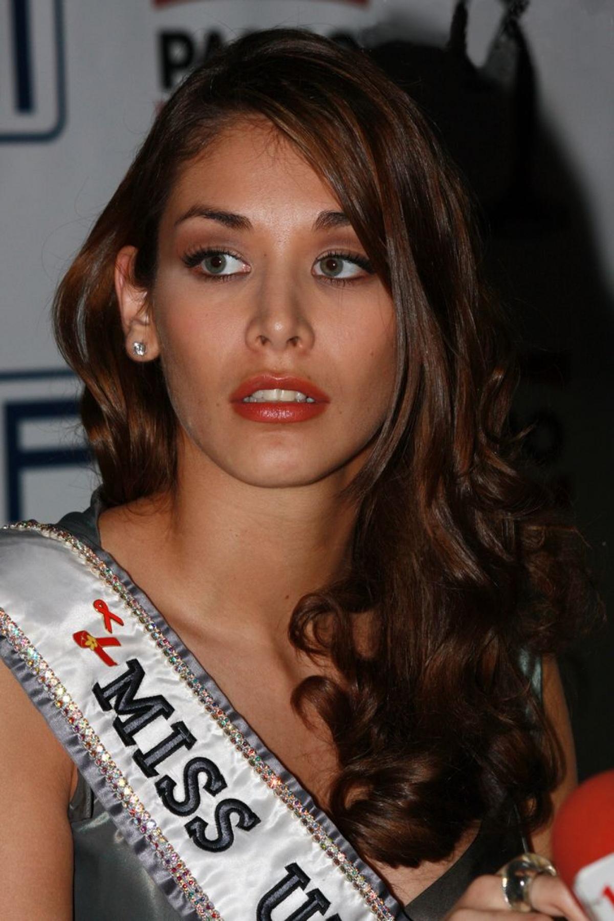 Dayana Mendoza là người đẹp vùng Caracas ở Venezuela. Cô đăng quang Hoa hậu Venezuela 2007 và được chọn đại diện nước này tham dự Hoa hậu Hoàn vũ 2008, tổ chức tại Nha Trang, Việt Nam.Ngày 14/7/2008, Dayana Mendoza trở thành chủ nhân chiếc vương miện trị giá 120.000 USD.