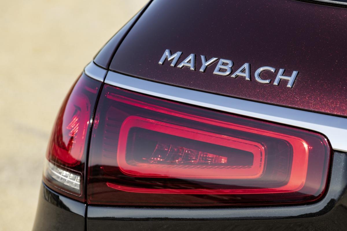 Bên cạnh đó là dòng chữ Maybach lớn ở phía đuôi xe, ngay trên cụm đèn hậu.