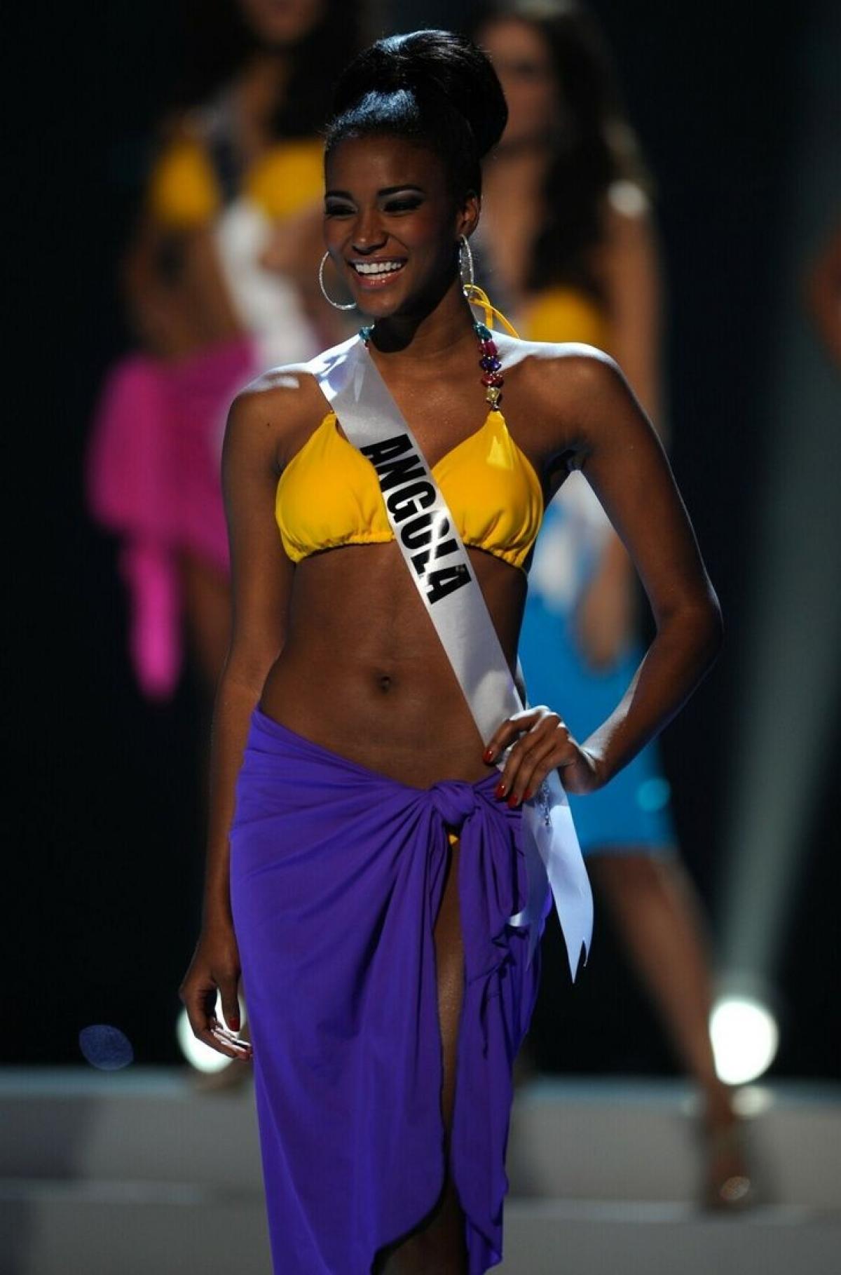 """Leila Lopes đến từ Angola đăng quang ngôi vịHoa hậu Hoàn vũnăm 2011.Năm đó, khi Leila đăng quang, cô được mệnh danh là """"búp bê Barbie da màu của thế giới"""" với tỉ lệ khuôn mặt và đường nét hoàn hảo, na ná nhân vật búp bê Barbie."""