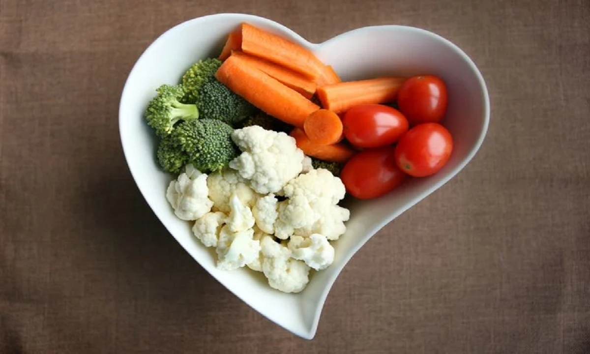 Hàm lượng chất xơ trong rau sống là một bổ sung lành mạnh cho chế độ ăn uống của một người. Tuy nhiên, ăn chúng khi bụng đói có thể dẫn đến đau bụng, ợ chua và đầy hơi. Đối với những người có vấn đề về dạ dày, việc nấu chín rau sẽ làm giảm hàm lượng chất xơ và giúp họ dễ tiêu hóa hơn.