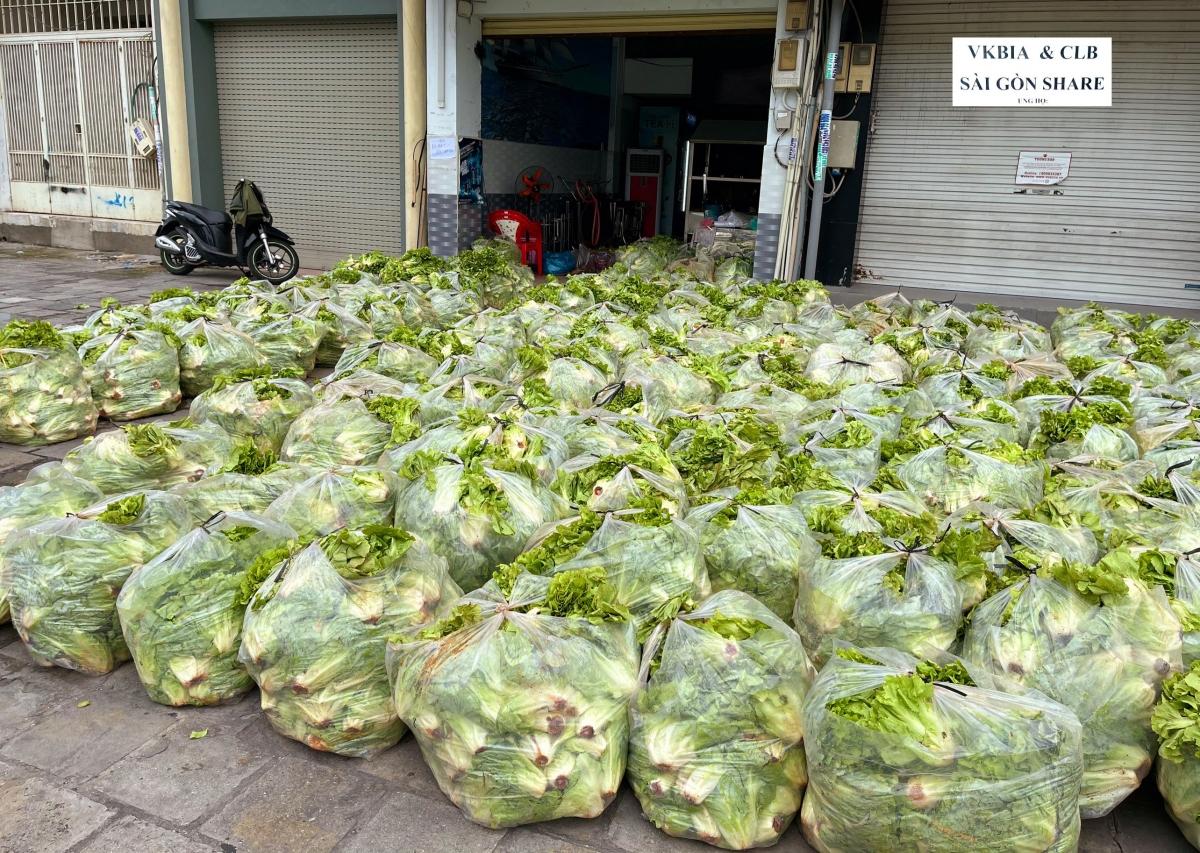 """Hiệp hội VKBIA và """"Saigon Share"""" bố trí tình nguyện viên chờ sẵn tại đây để tiếp nhận, dỡ các kiện rau củ quả xuống địa điểm tập kết và sớm phân phối sang các xe vận tải nhỏ hoặc xe bán tải..."""