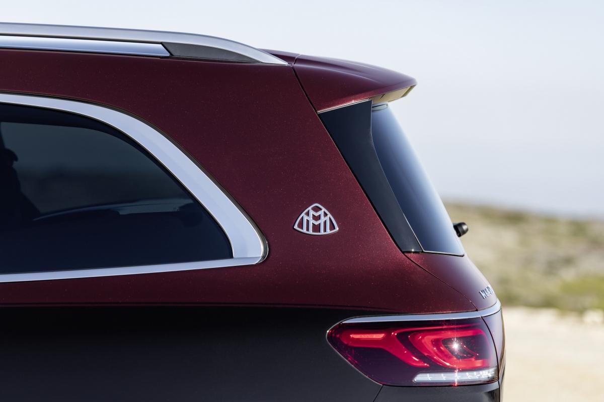 Logo Maybach quen thuộc được gắn phía gần đuôi xe, đặc trưng của các mẫu xe siêu sang của Mercedes.