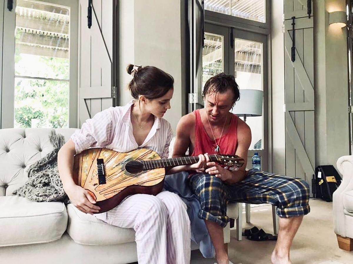"""Một hình ảnh đáng yêu của Felton và Watson vào tháng 8/2019. Hai ngườiđang ở Nam Phi và anh đang dạy cô chơi đàn ghi-ta. Thời điểm đó, bức ảnh khiến người hâm mộ đặt dấu hỏi về tình cảm """"trên mức bạn bè"""" giữaFelton và Watson."""