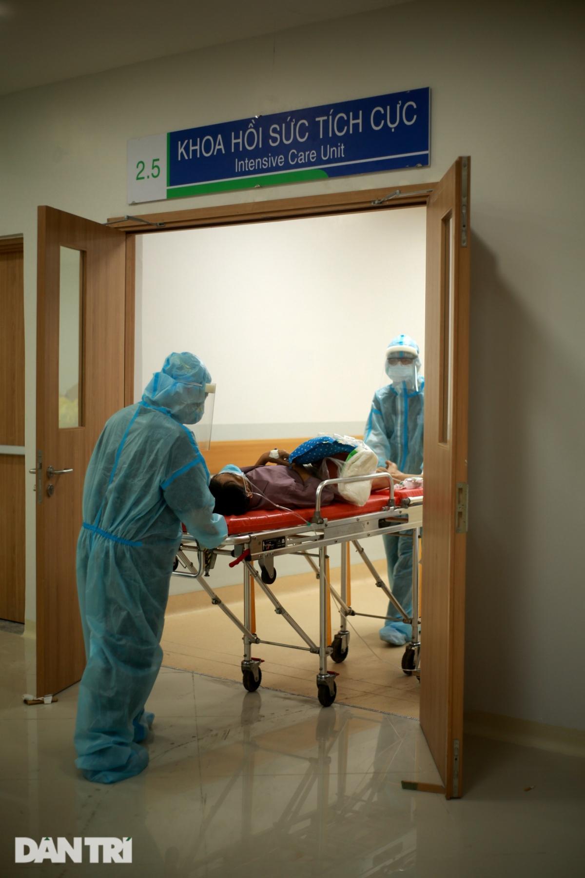 Tiếng xe đẩy vang lên dọc hành lang trong đêm tĩnh lặng, một ca bệnh nữa được nhập viện khi triệu chứng chuyển biến tăng nặng.