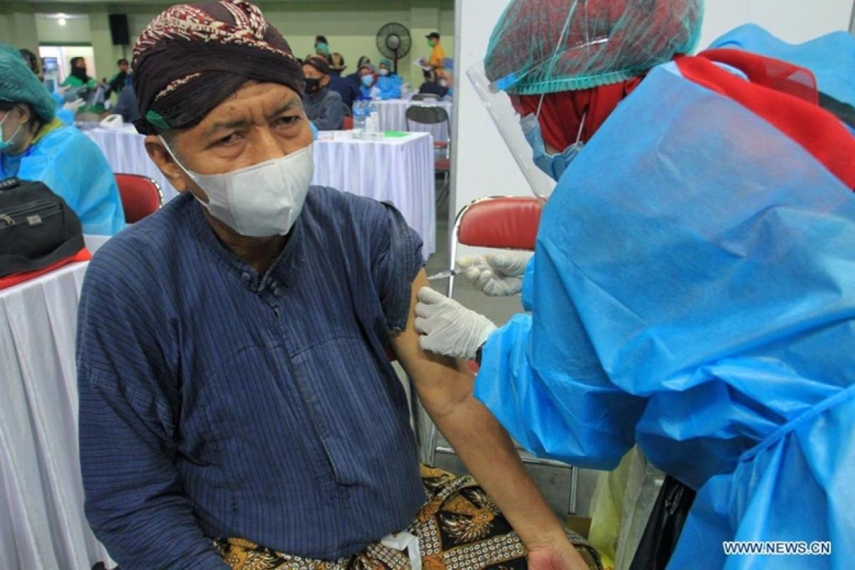 Nhân viên y tế tiêm vaccine COVID-19 cho người dân tại Yogyakarta, Indonesia. Ảnh: Tân Hoa Xã