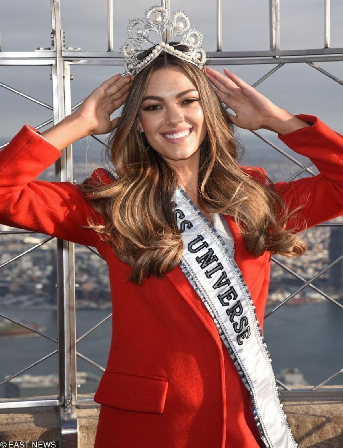 Năm 2017, Demi-Leigh Nel-Peters đem về cho Nam Phi vương miện Miss Universe sau gần 40 năm đằng đẵng chờ đợi. Mỹ nhân này đã lên xe hoa và đang tận hưởng cuộc sống ý nghĩa, hạnh phúc.