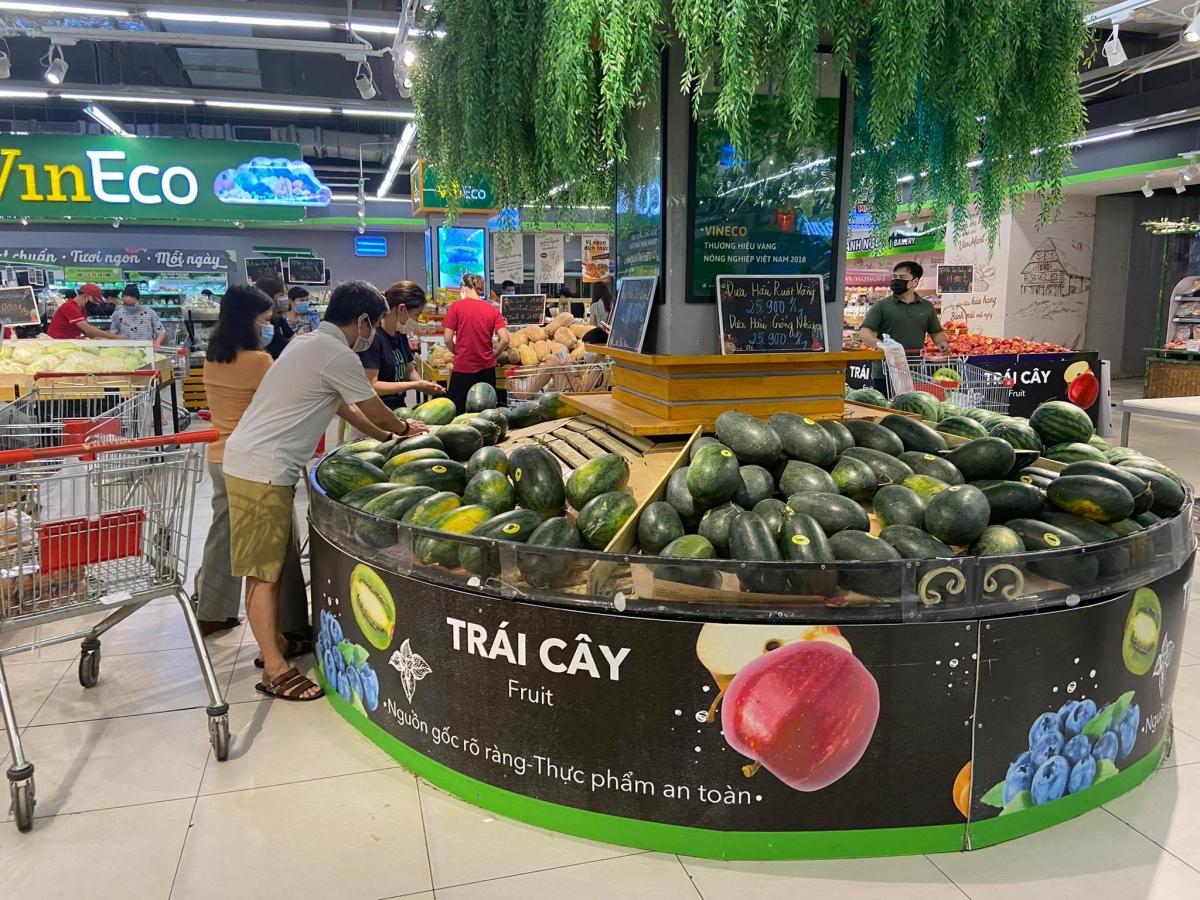 Hoa quả tươi được cung ứng liên tục.