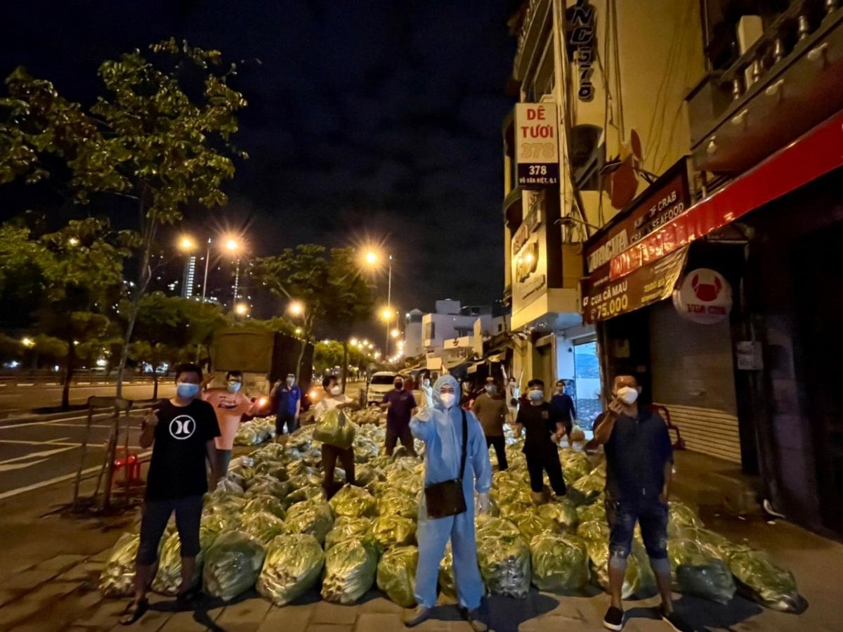 """Trong suốt những ngày cao điểm diễn biến dịch bệnh vừa qua cho tới hiện tại, các ông Trương Hạnh Công Dân và Dương Quang Phú – Phó Chủ tịch VKBIA khu vực phía Nam Việt Nam đã đại diện Hiệp hội VKBIA và nhóm thiện nguyện """"Saigon Share"""" cùng các thành viên đã tiếp tục chủ động hỗ trợ các tổ phản ứng nhanh, phòng chống dịch tại một số khu vực"""