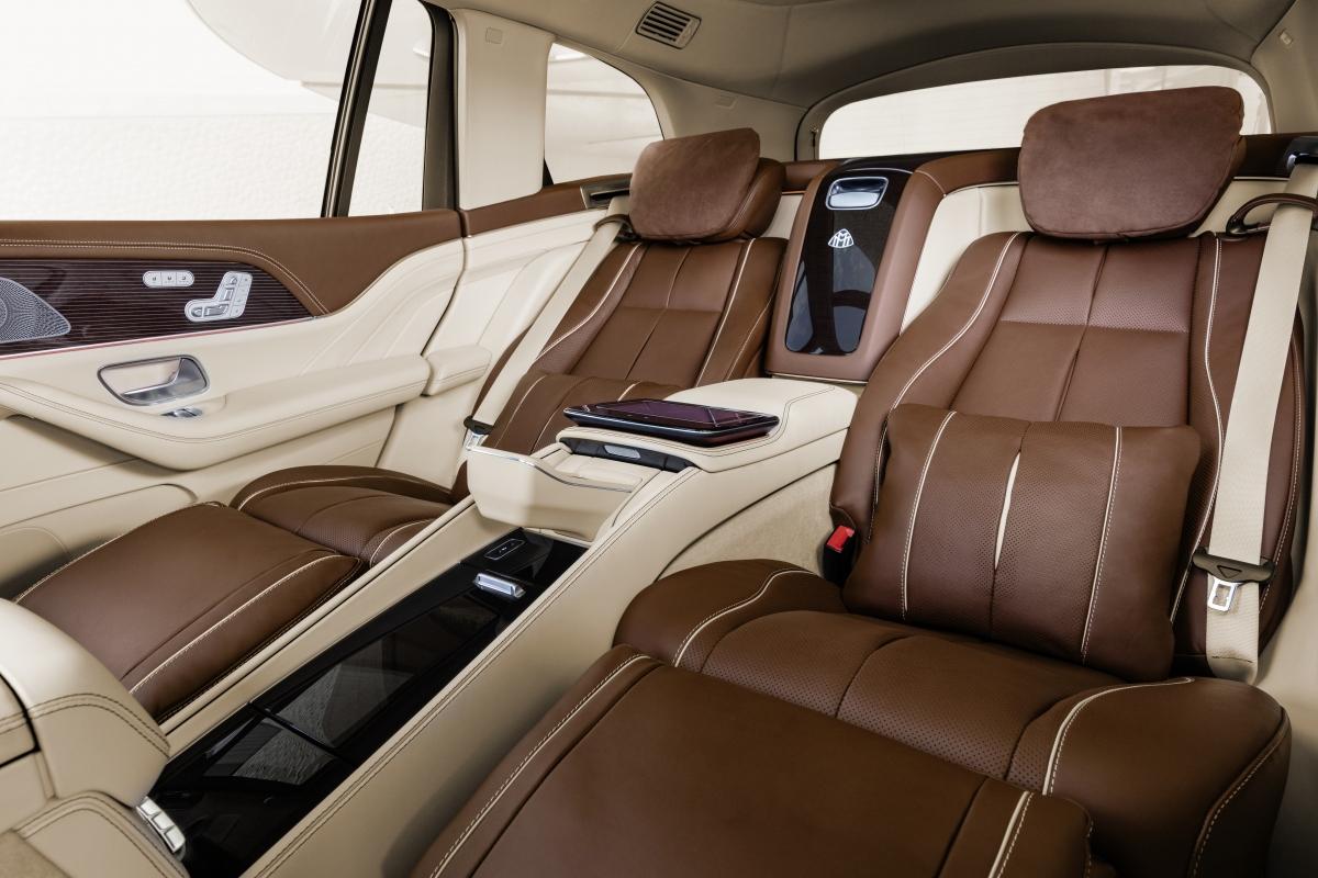 Hai ghế thương gia chính là nơi tập trung nhiều tinh túy của Mercedes-Maybach GLS 600, với khoảng duỗi chân lên đến 1.103 mm, đồng thời còn tích hợp cả bàn làm việc với cơ cấu gập thông minh, cùng tủ lạnh làm nơi cất giữ champagne. Chất liệu da Nappa siêu mềm hảo hạng sẽ chiều chuộng xúc giác của hành khách ngồi trên xe.