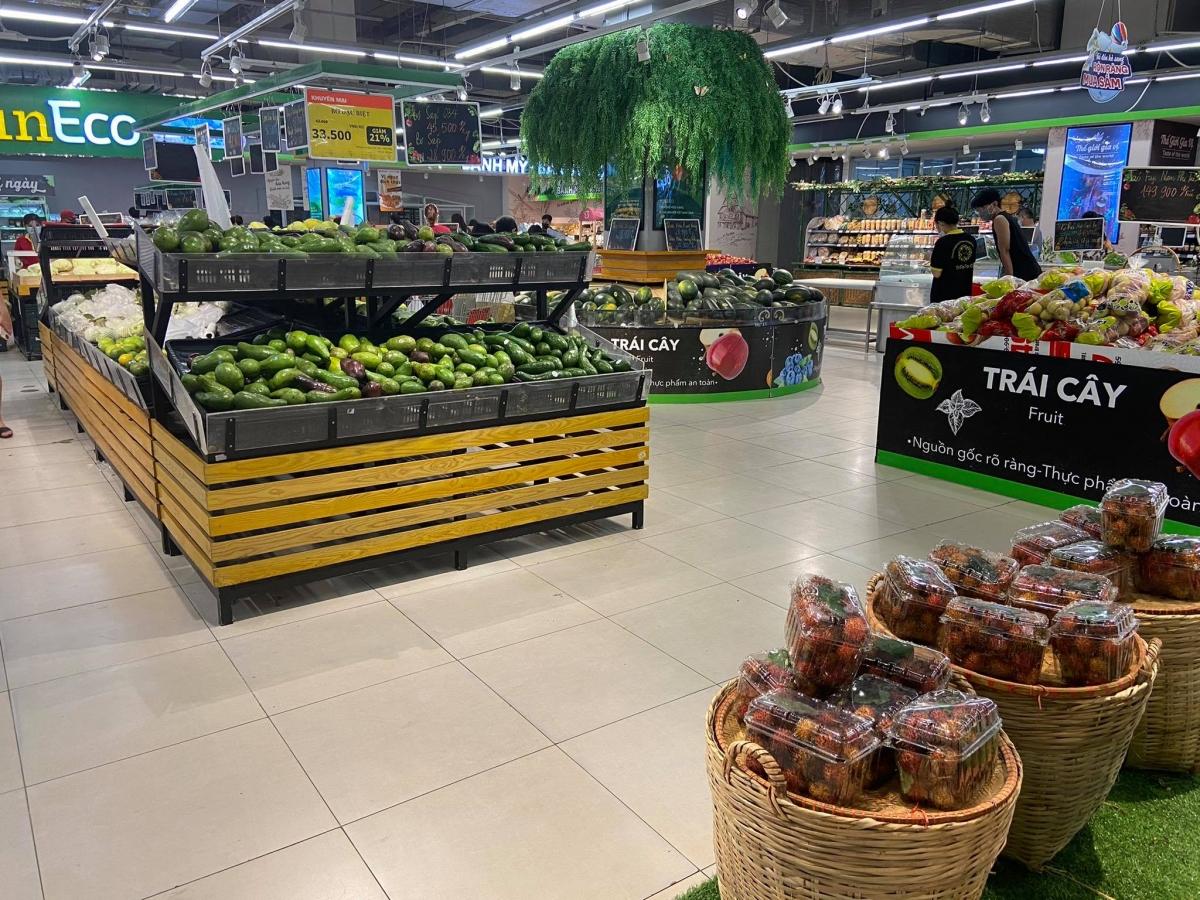 Trái ngược với cảnh người dân tấp nập, chen chân mua sắm, vẫn có nhiều trung tâm mua sắm, siêu thị, cửa hàng tiện lợi ở Hà Nội thưa vắng người mua.