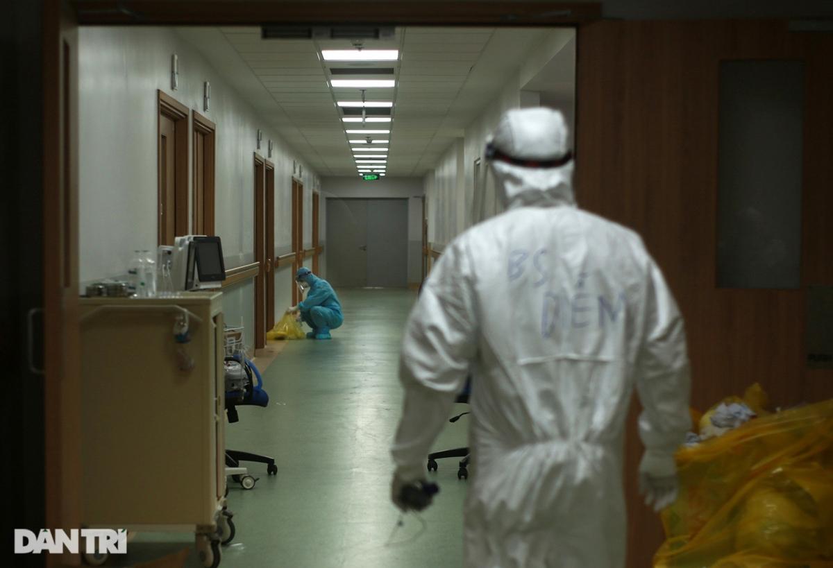 Gần về sáng, khi các bệnh nhân dần ổn định, một số nhân viên y tế chuyển sang dọn dẹp vệ sinh cho các phòng bệnh, hành lang ở khu điều trị.