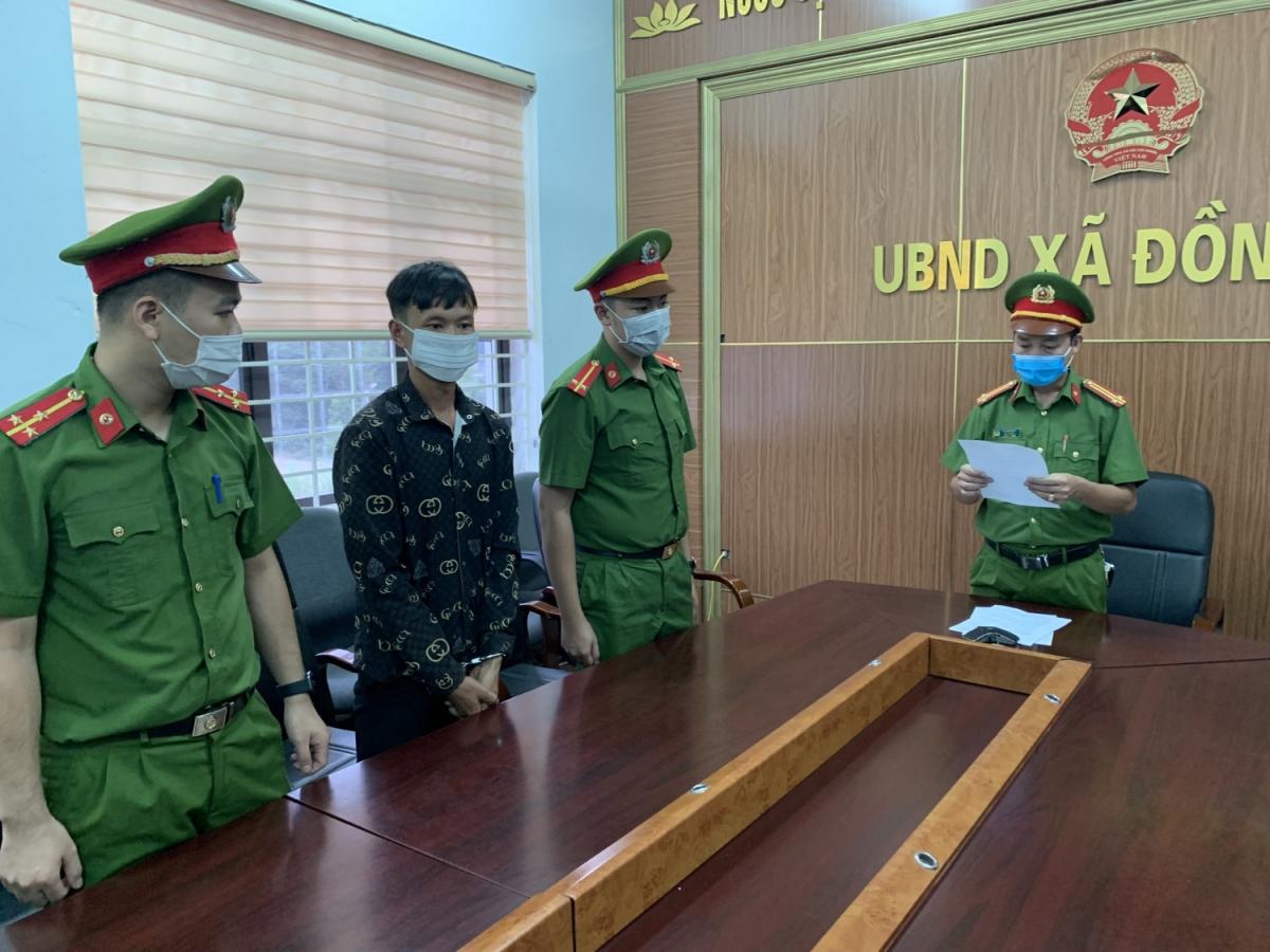Công an huyện Ba Chẽ, tỉnh Quảng Ninh đọc lệnh bắt khẩn cấp đối với Triệu A H Ảnh: Công an tỉnh Quảng Ninh.