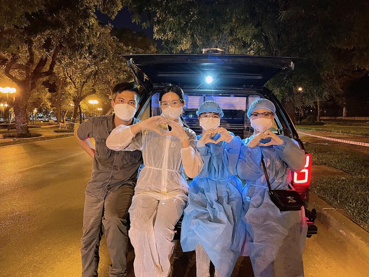Hoa hậu Đỗ Thị Hà cùng hai người đẹp Đỗ Mỹ Linh, Lương Thùy Linh phát cơm từ thiện.