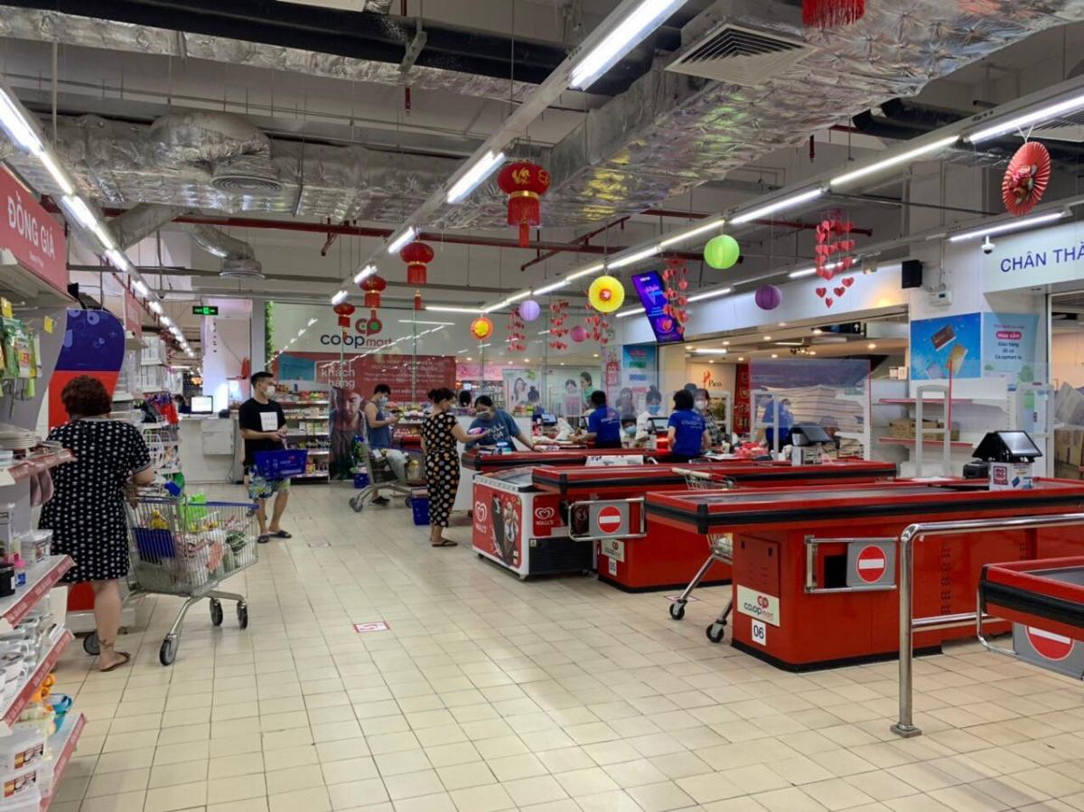 Hàng hóa trong siêu thị ở trung tâm thương mại Mipec Long Biên chất đầy, quầy thanh toán ít khách.