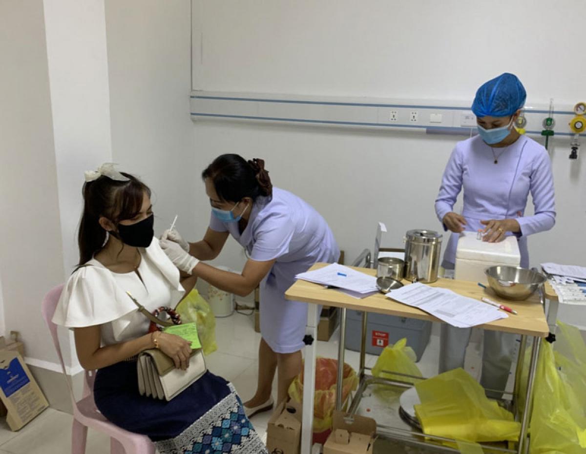 Người dân Lào tiêm vaccine ngừa Covid-19.