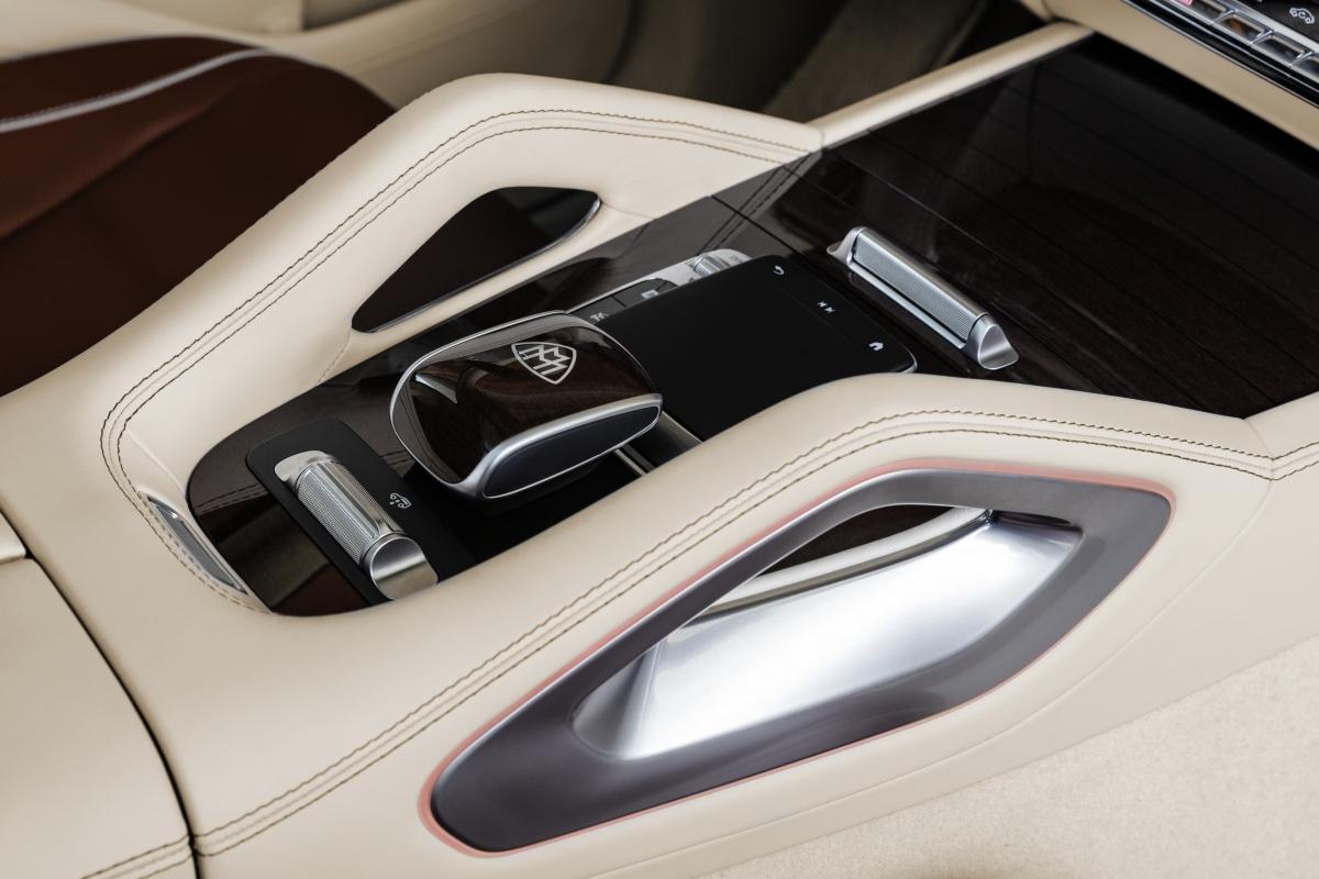 Toàn bộ ghế trên Mercedes-Maybach GLS 600 4MATIC đều là ghế thông minh Active Multicontour, có khả năng tùy chỉnh tựa lưng và hông ghế bằng đệm khí, tích hợp massage, sưởi ấm, làm mát và giữ cân bằng khi vào cua. Bảng điều khiển cũng được tích hợp các công nghệ của Mercedes-Benz nhưng được tinh chỉnh đặc biệt choMaybach GLS.