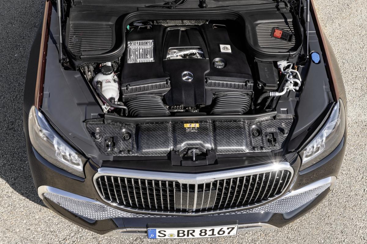 """Mercedes-Maybach GLS 600 4MATIC sử dụng động cơ V8 4.0L tăng áp kép, có thể đạt công suất tối đa 557 mã lực và mô-men xoắn cực đại 730 Nm. Hệ thống Mild-hybrid EQ Boost với nền tảng 48V có thể hỗ trợ tức thời thêm 22 mã lực và sức kéo 250 Nm, sức mạnh được truyền qua hộp số tự động 9 cấp 9G-TRONIC và hệ dẫn động 4 bánh toàn thời gian 4MATIC. Xe có thể đạt 100 km/h trong vòng 4,9 giây, con số không tưởng với một """"dinh thự SUV"""" như Mercedes-Maybach GLS 600 4MATIC."""
