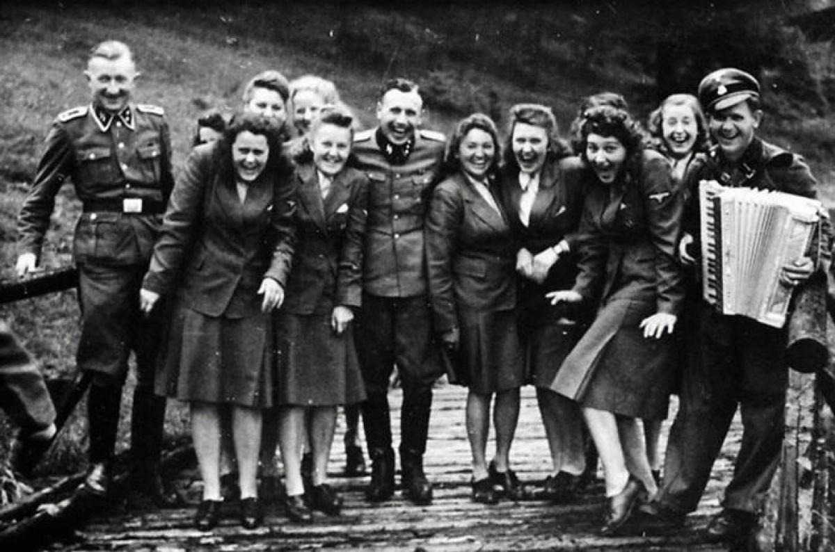 Các nhân viên trong trại tập trung Auschwitz của Đức Quốc xã đang tận hưởng một kỳ nghỉ. Công việc của họ là giết người theo những cách khủng khiếp nhất. Hầu hết những người này vừa tước đoạt mạng sống của những người khác không lâu trước hoặc sau khi các bức ảnh được chụp.