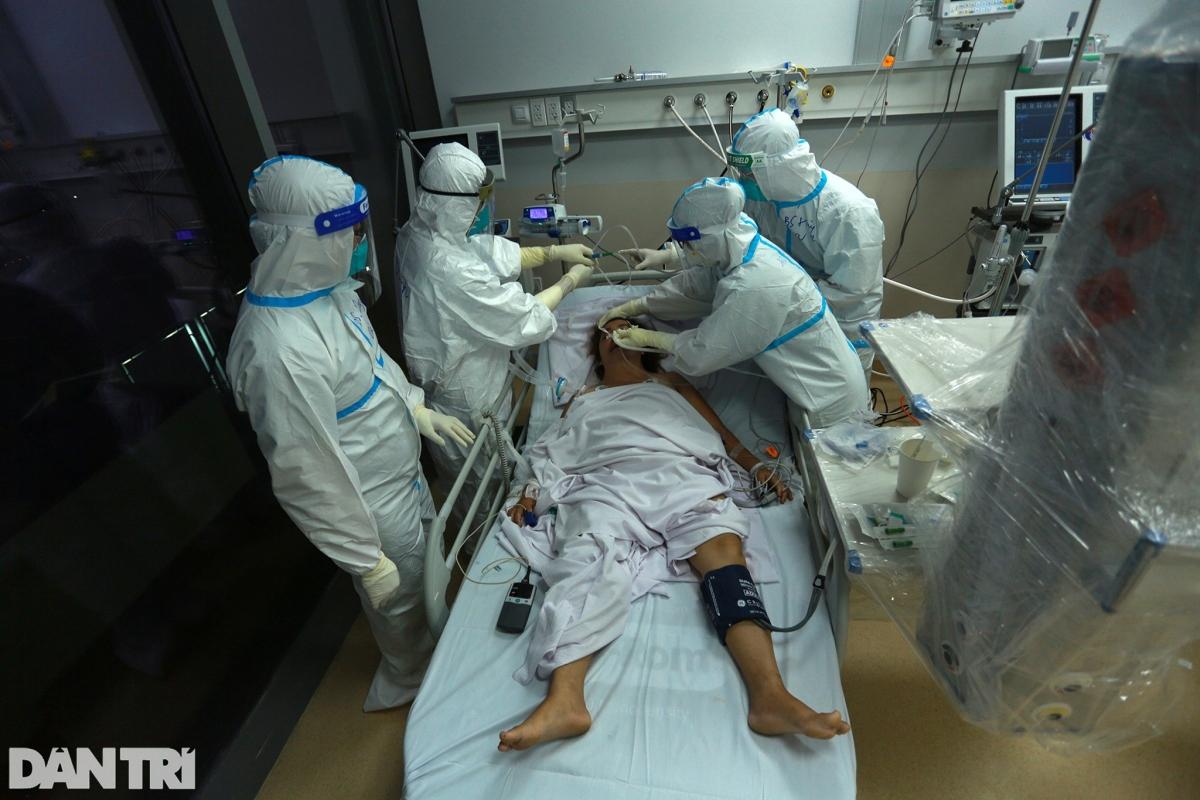 """Bệnh viện hồi sức cấp cứu Covid-19 quy mô 1.000 giường (tại khu nội trú Bệnh viện Ung Bướu TP.HCM cơ sở 2) đi vào hoạt động được hơn một tuần. Gần 20h đêm, hàng chục nhân viên y tế vẫn đang gấp gáp ra vào các phòng điều trị. Đây cũng là """"thành trì"""" đánh chặn Covid-19 cuối cùng tại TP.HCM."""