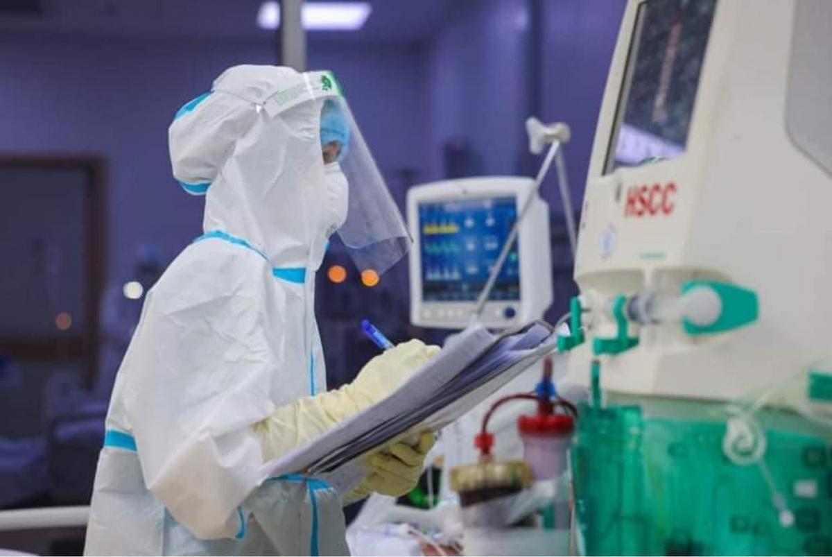 Theo dõi chỉ số sinh tồn của bệnh nhân trong Bệnh viện Hồi sức Covid-19 (Ảnh: Hải An)