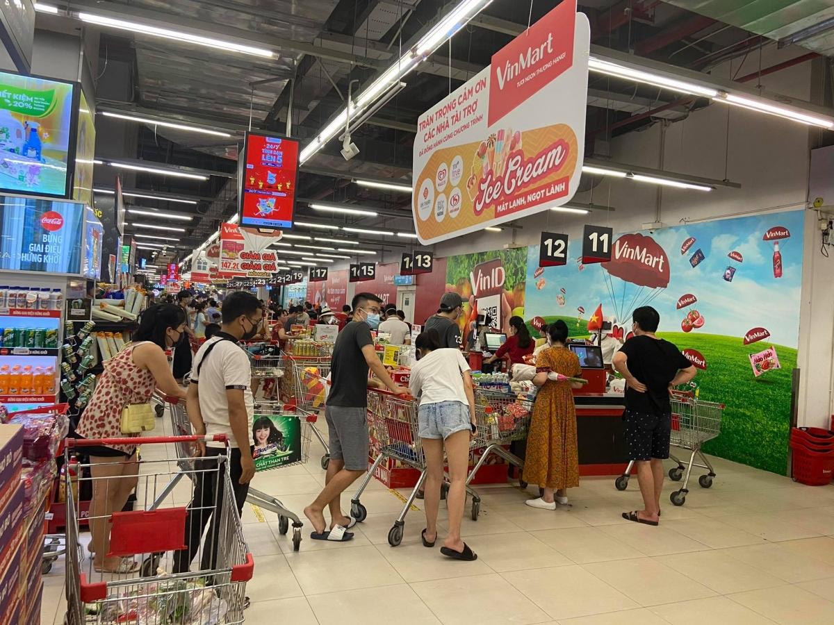 Người dân chủ yếu mua các mặt hàng thực phẩm tươi sống, giấy vệ sinh, đồ dùng sinh hoạt hàng ngày...