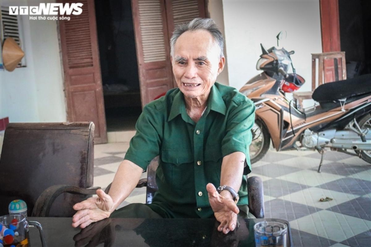 Anh hùng Lực lượng vũ trang nhân dân Nguyễn Xuân Lứ nhớ lại những năm tháng phá bom mìn. (Ảnh TRỌNG TÙNG)
