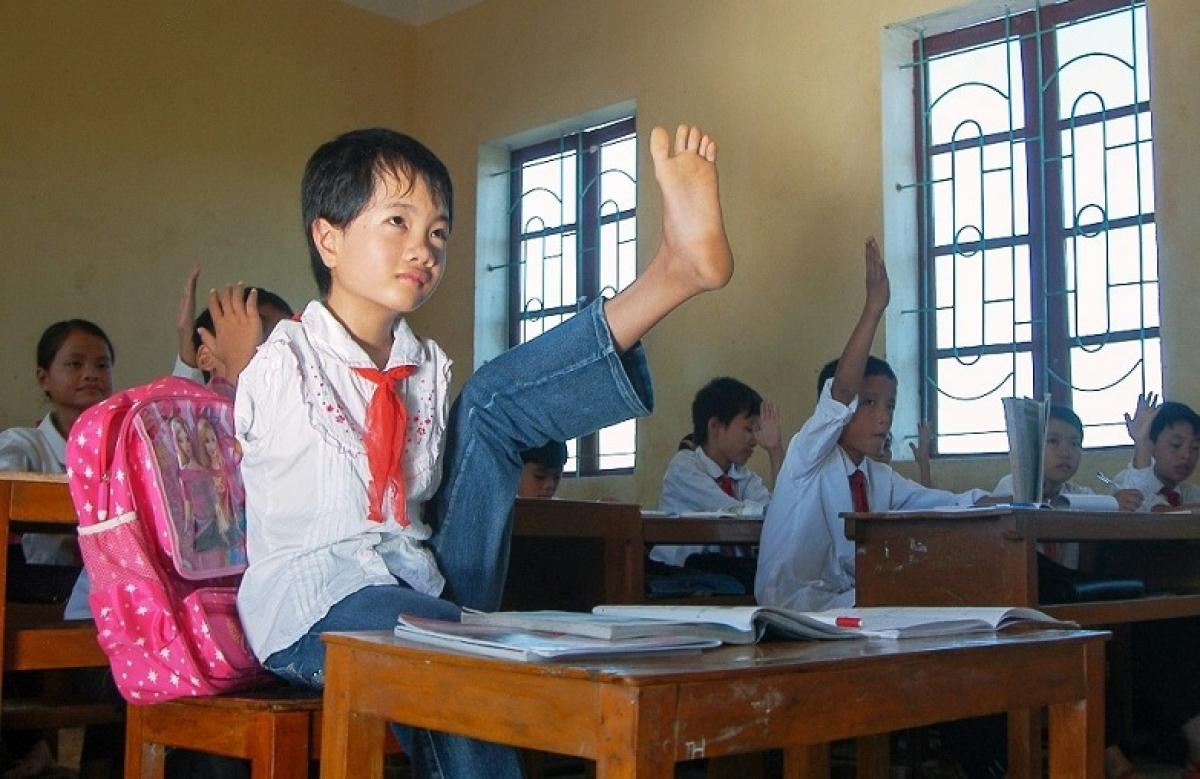 Không có tay nên Thắm làm mọi việc bằng đôi chân.