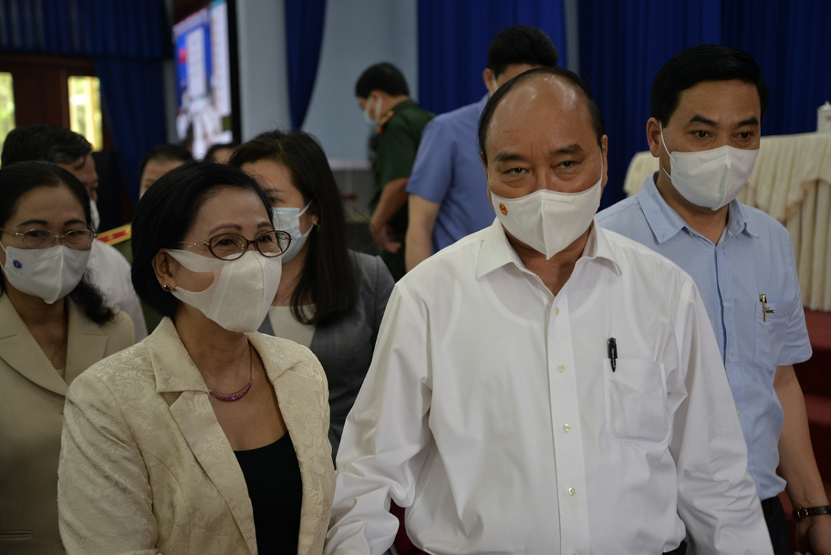Chủ tịch nước Nguyễn Xuân Phúc trò chuyện sau buổi tiếp xúc với cử tri huyện Củ Chi ngày 14/5/2021. (Ảnh: Hà An)