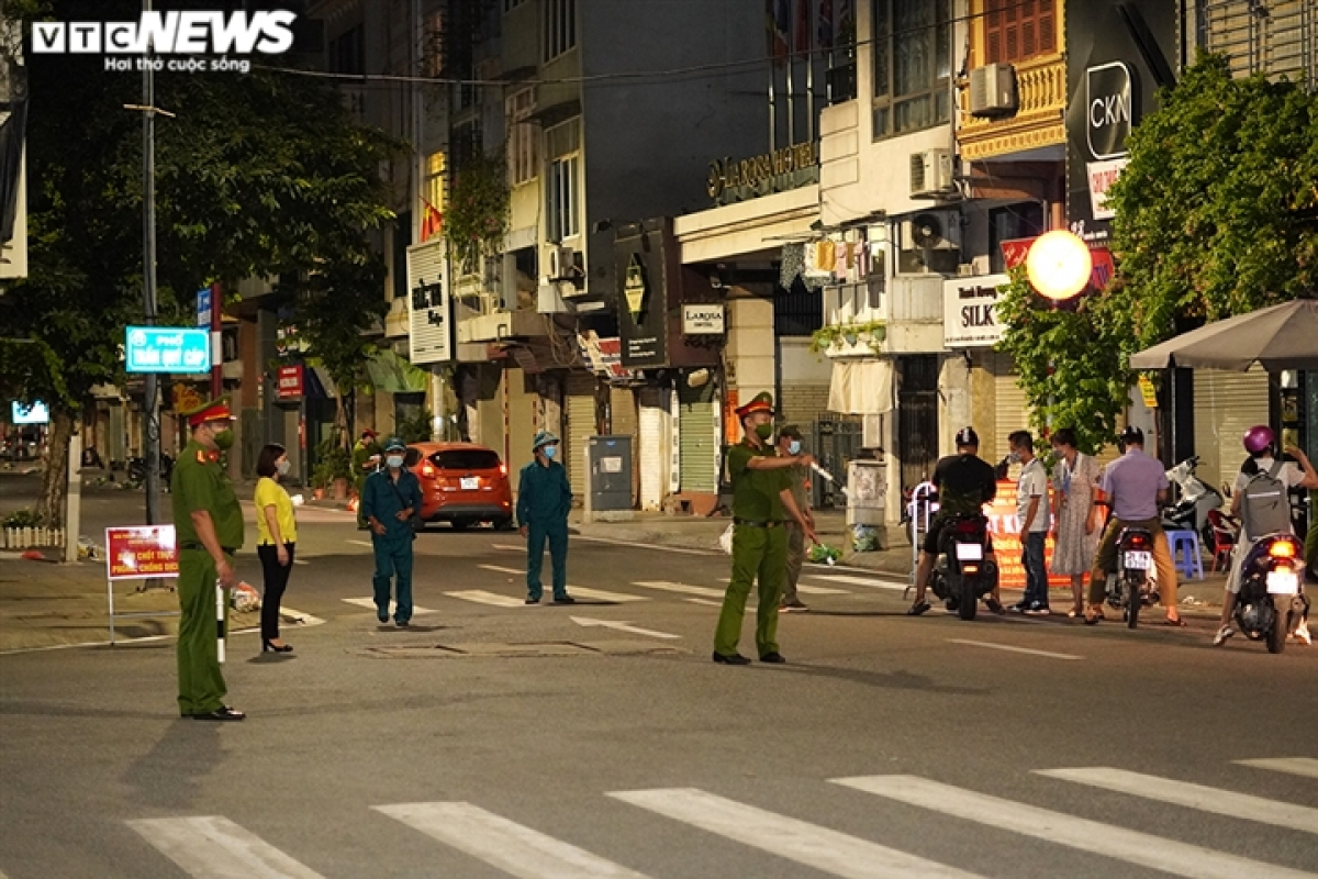 21h, tại chốt kiểm soát phòng chống dịch COVID-19 thuộc phường Văn Miếu, lực lượng chức năng vẫn tiến hành kiểm tra giấy thông hành của những người dân khi lưu thông trên tuyến Trần Quý Cáp - Nguyễn Khuyến.