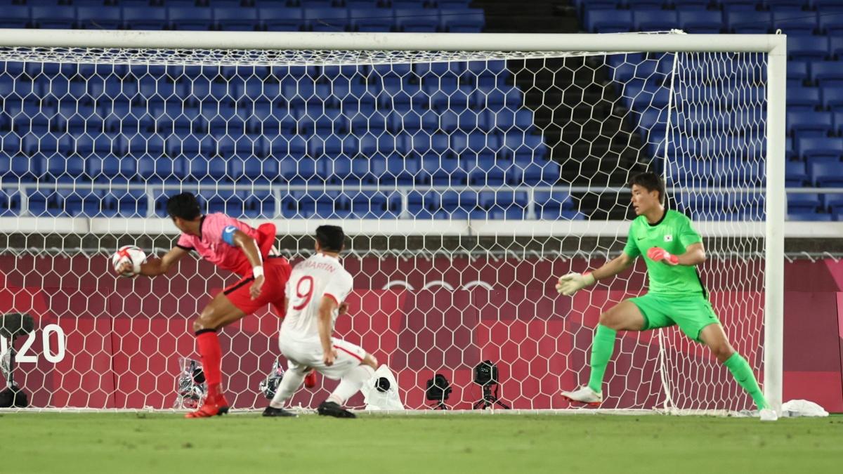 Henry Martin sớm mở tỷ số cho Mexico sau pha phối hợp sắc nét ở phút 12. (Ảnh: Reuters)