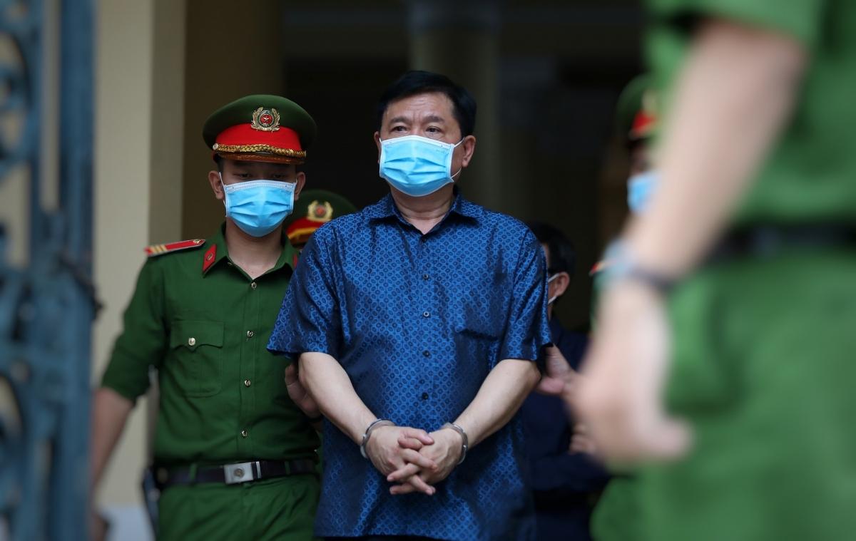 Bị cáo Đinh La Thăng được đưa ra xét xử trong phiên tòa xử vụ sai phạm trong thu phí tại tuyến cao tốc TP.HCM- Trung Lương, tháng 12/2020. (ảnh: Thanh Niên)