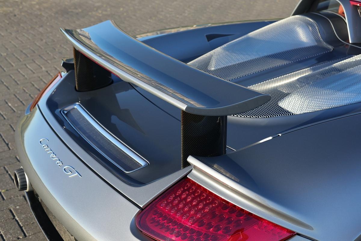 Chiếc xe được sơn màu Seal Grey là màu sơn nổi bật mà chỉ có dưới 10% những chiếc Carrera GT được sơn.