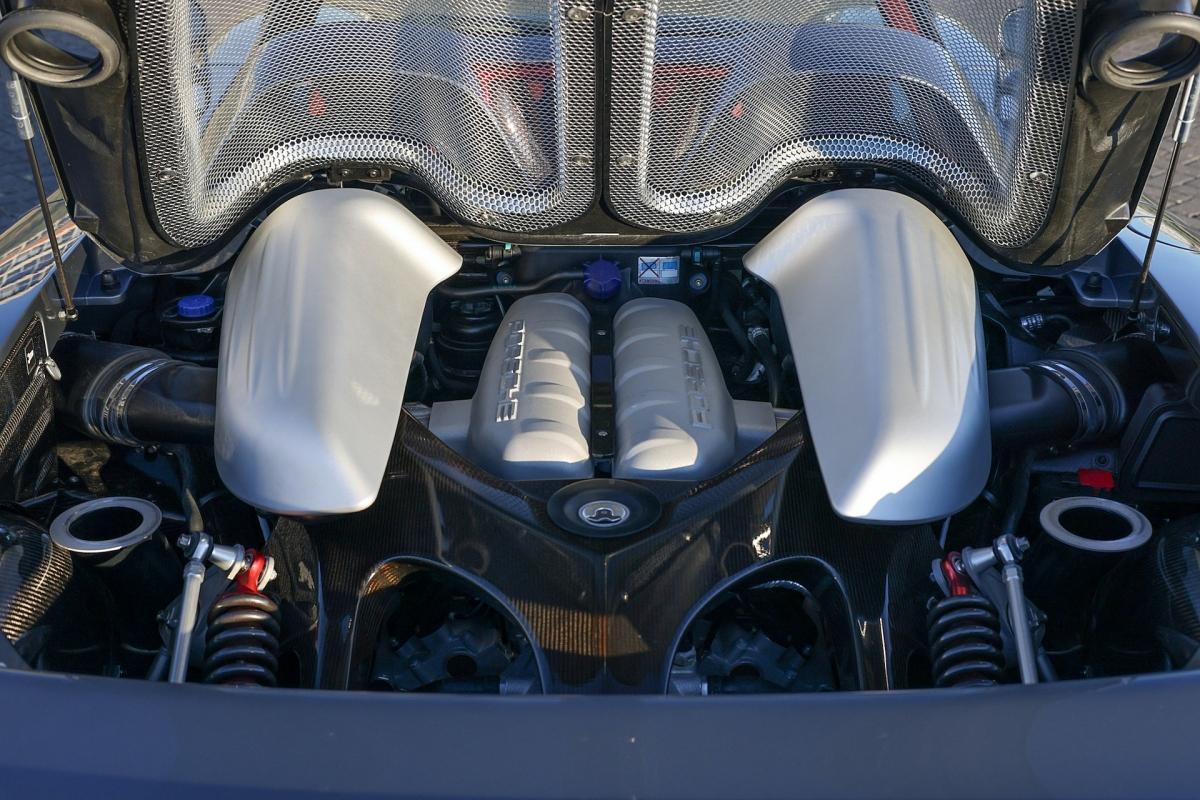 Kèm với mô hình động cơ nhỏ khắc tên Jenson Button.