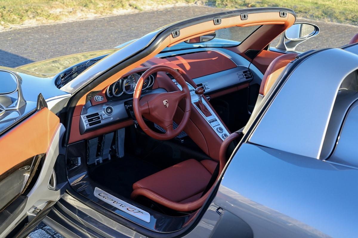 Với nội thất da màu đỏ Terracotta và bộ hành lý cùng màu, cần gạt số Beechwood là một trong 917 chiếc xe đua từ những năm 70.