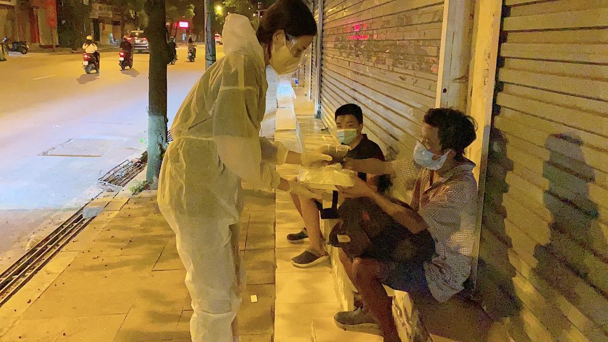 Hoa hậu Đỗ Thị Hà phát cơm cho những người vô gia cư nghèo.