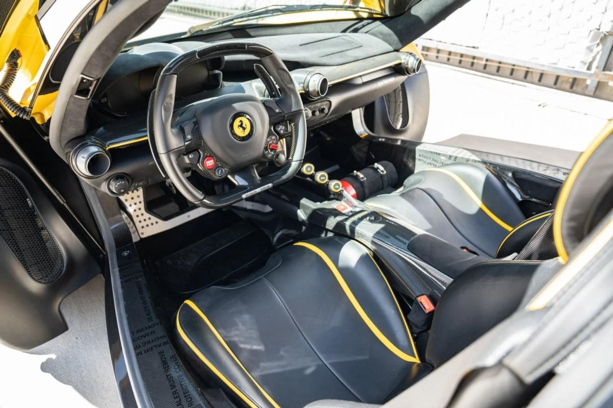 Bên trong, khoang lái của chiếc xe sở hữu da bọc nội thất với màu chủ đạo là đen, kết hợp cùng da tương phản màu vàng.