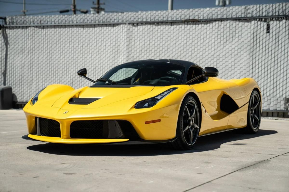 Chiếc siêu xe Ferrari LaFerrari này sở hữu cho mình màu sơn ngoại thất đặc biệt được hãng gọi là Giallo Triple Strato (sơn vàng ba lớp) với hiệu ứng ngọc trai.