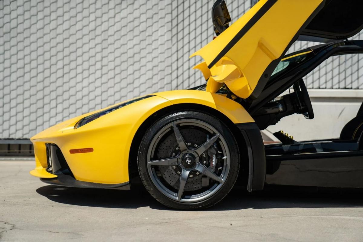 Xe cũng là mẫu xe thương mại của Ferrari đạt thành tích nhanh nhất tài trường đua Fiorano của hãng với thời gian 1:19.70.