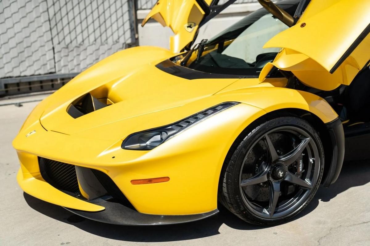Xe sử dụng hộp số tự động ly hợp kép 7 cấp, truyền sức mạnh đến bánh sau. Ferrari LaFerrari có khả năng tăng tốc từ 0 – 100 km/h trong 2,4 giây, 0 – 200 km/h trong 7 giây và 0 – 300 km/h trong 15 giây trước khi đạt vận tốc tối đa ở mức 349 km/h.