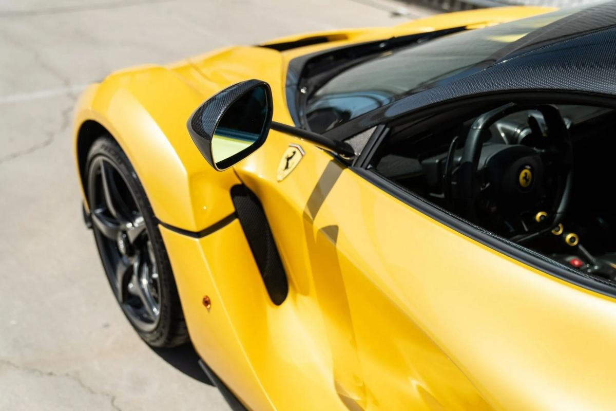 Gương chiếu hậu, mui xe, bánh xe cùng nhiều chi tiết ngoại thất khác của chiếc LaFerrari này đều được làm bằng sợi carbon.