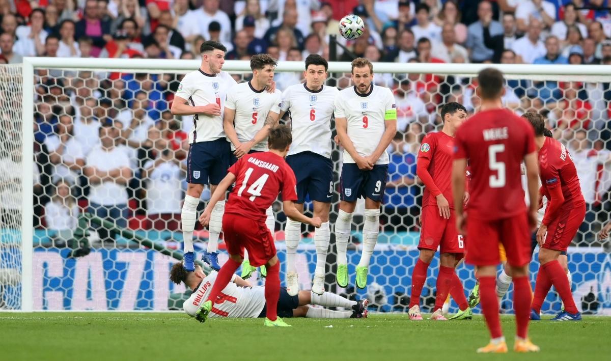Đan Mạch là đội mở tỷ số trước Anh nhờ siêu phẩm đá phạt của Mikkel Damsgaard ở phút 30.