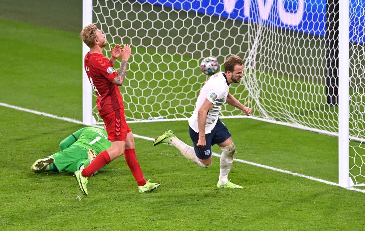Harry Kane không thắng được thủ môn Kasper Schmeichel trên chấm 11m nhưng kịp thời đá bồi tung lưới Đan Mạch.