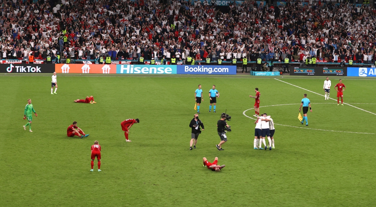 Sân Wembley vỡ òa cảm xúc khi tiếng còi mãn cuộc trận bán kết giữa Anh và Đan Mạch vang lên.