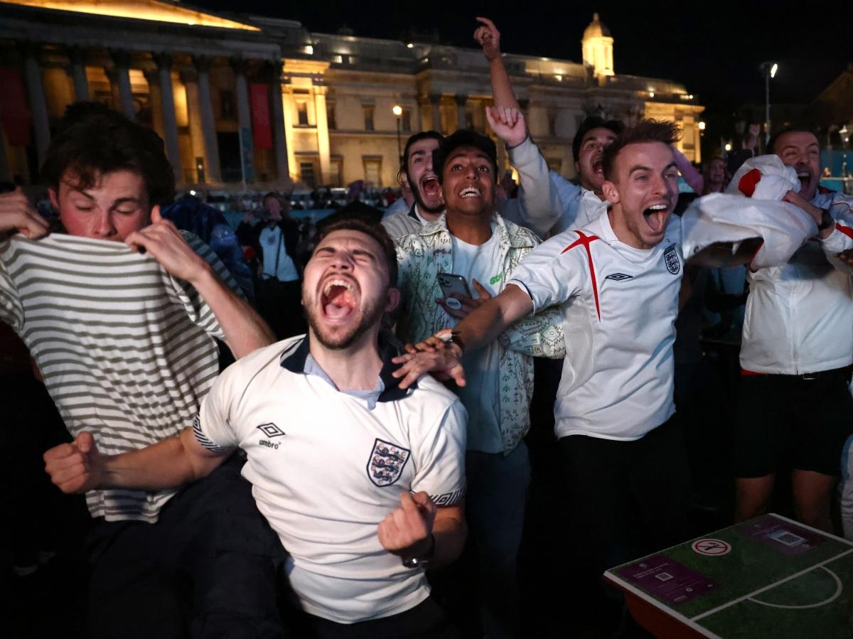 Cổ động viên Anh tận hưởng men say chiến thắng trên đường phố.