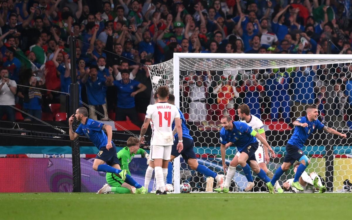 """Italia tìm thấy sự sống từ """"bóng chết"""" ở phút 67."""