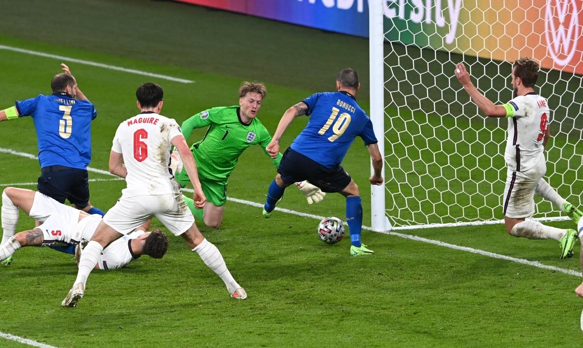 Leonardo Bonucci sút tung lưới Anh trong tình huống phạt góc.