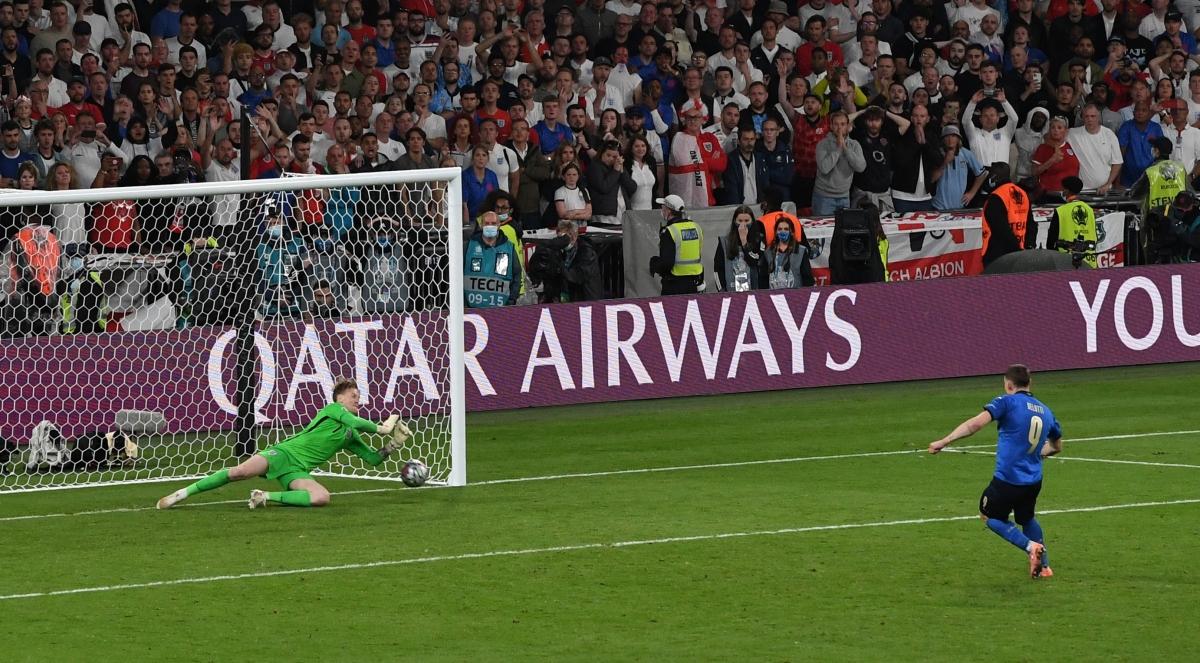 Thủ môn Jordan Pickford khiến sân Wembley vỡ òa khi cản phá cú sút của Andrea Belotti.