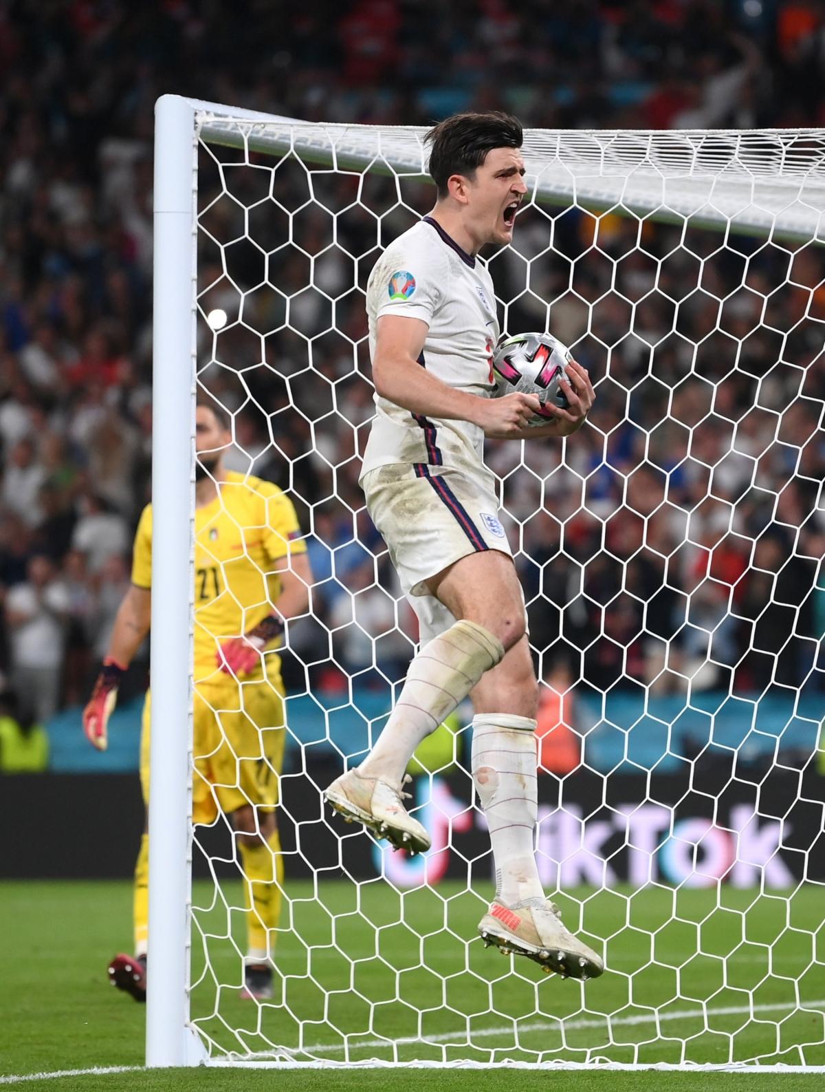 Harry Maguire đưa Anh vượt lên dẫn trước.