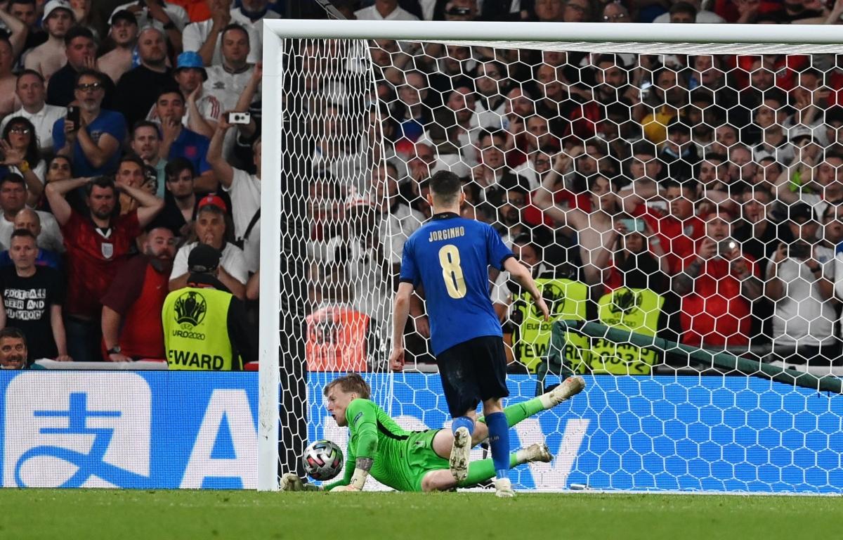 Thủ môn Jordan Pickford thắp sáng hy vọng cho Anh khi cản phá cú sút thứ 5 của Jorginho.